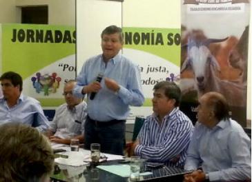 Domingo Peppo haciendo anuncios en una reunión sobre Seguridad Rural en Sáenz Peña